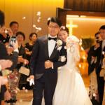 結婚式をあげた新郎新婦のタキシード
