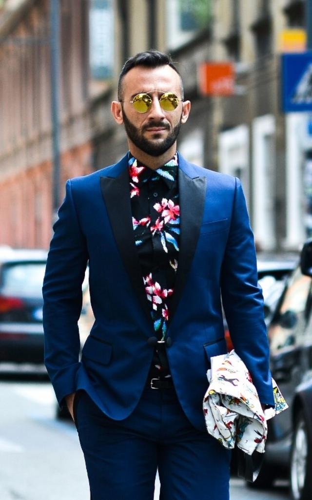 花柄のシャツをタキシードに合わせた二次会の衣装