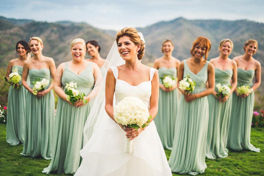 結婚式を挙げる女性
